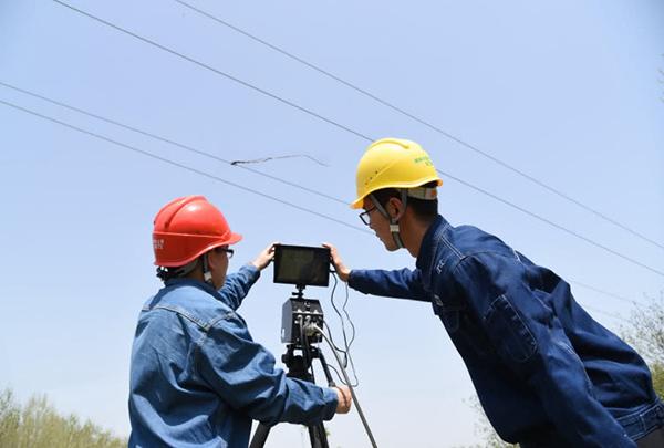 风筝缠绕在输电线路上 河南许昌启用激光10分钟击落