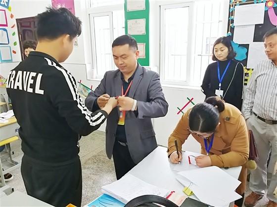 池州志愿者为特教学校学生派发爱心小手环