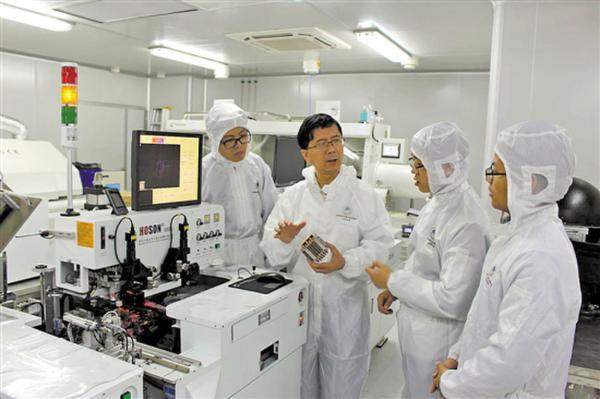 汤勇和科研团队在实验室