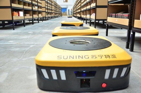山东首家机器人仓投入使用:50个机器人配合 现场似科幻大片