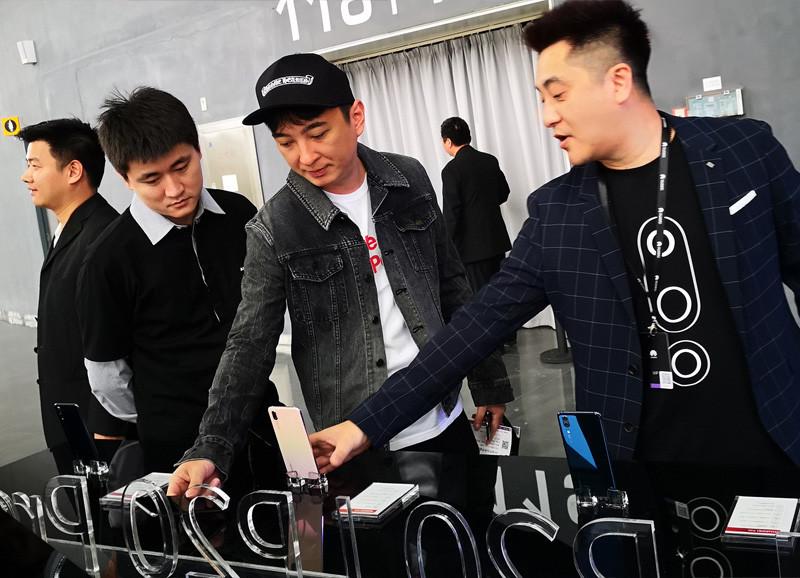 王思聪现身华为P20/P20 Pro国行发布会:试用新机