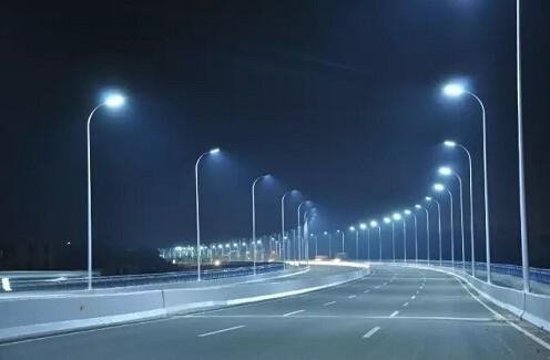 专家警告称:LED路灯容易损伤人视力
