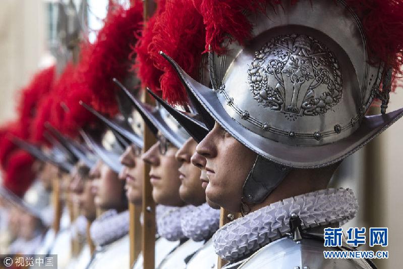 梵蒂冈瑞士卫队新成员宣誓就职 3D打印头盔亮相