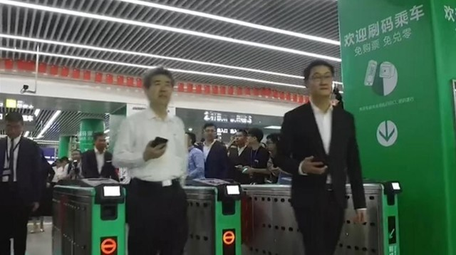 微信新增扫码乘地铁功能 马化腾亲自示范