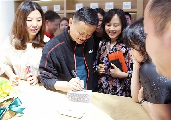 """马云亲自来签名 只为了来吃一块""""方糖"""""""