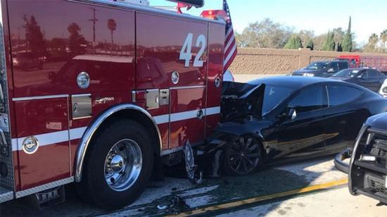 特斯拉再次发生追尾消防车事故 难以识别静止车辆