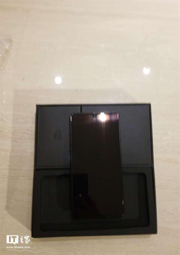 坚果R1手机黑色版真机上手实拍:很黑,很亮