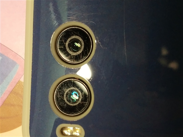 坚果R1被曝摄像头大面积刮花 官方回应:可免费更换