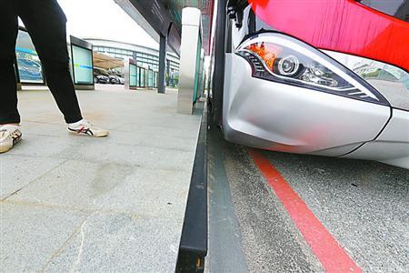 申城无人驾驶公交车来了 利用车身传感器识别路障