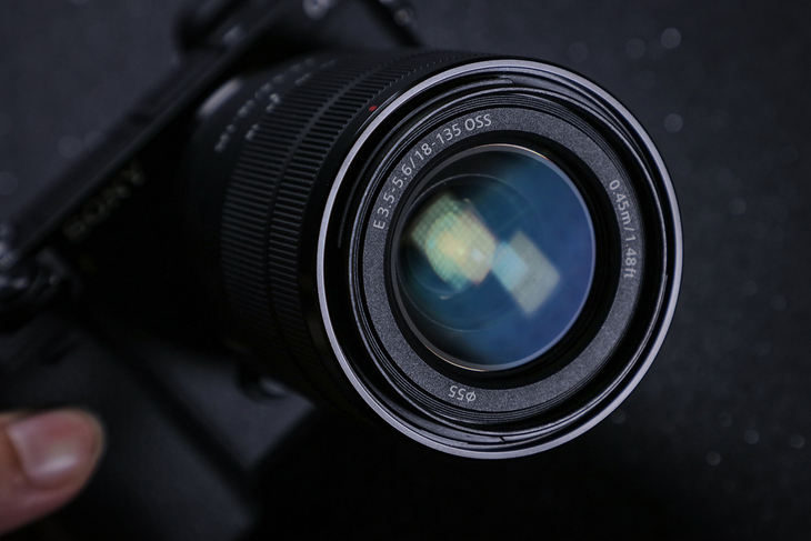 搭配SEL18135镜头拍摄更方便 索尼微单A6300M评测
