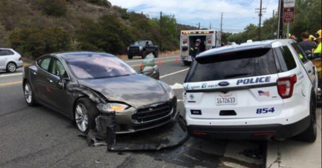 特斯拉再惹麻烦 自动驾驶模式行驶撞上停泊警车