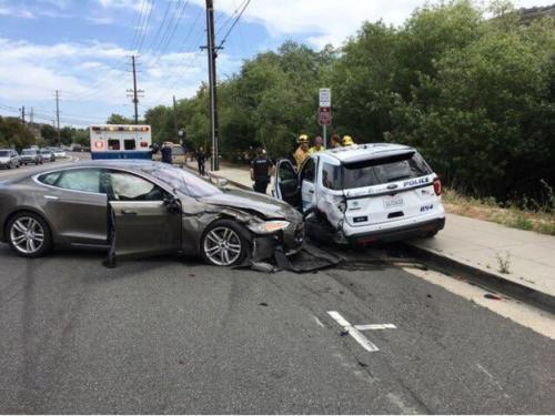 特斯拉自动驾驶一言不合撞警车?
