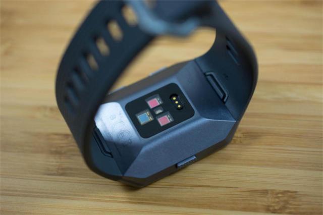 Fitbit首款智能手表 好玩有实力