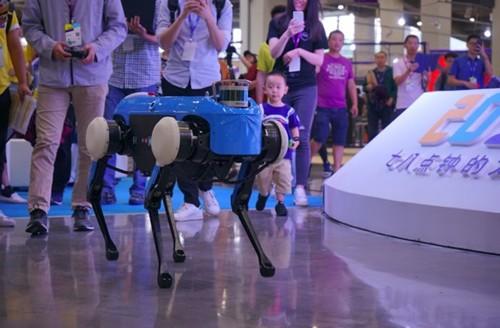 """云深处:四足机器人""""绝影""""面世 中国版波士顿动力终于来了"""