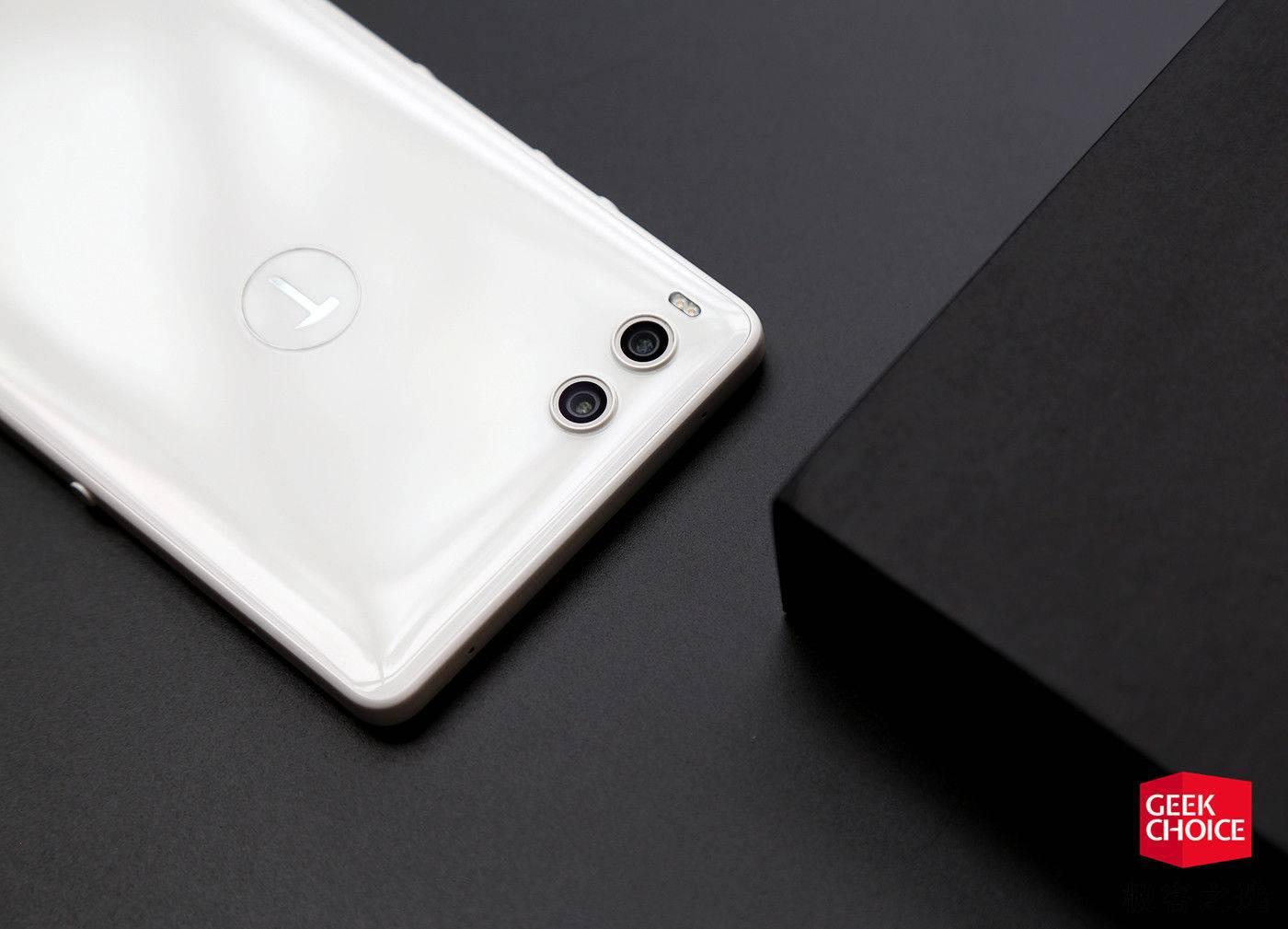 坚果R1纯白色版图赏:迄今为止最好看的锤子手机
