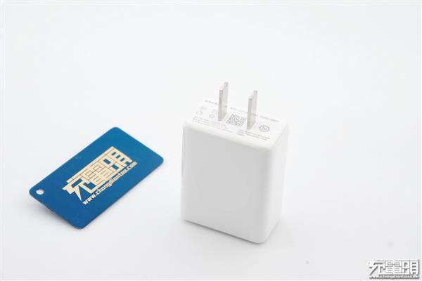 坚果R1原装QC4+充电器拆解