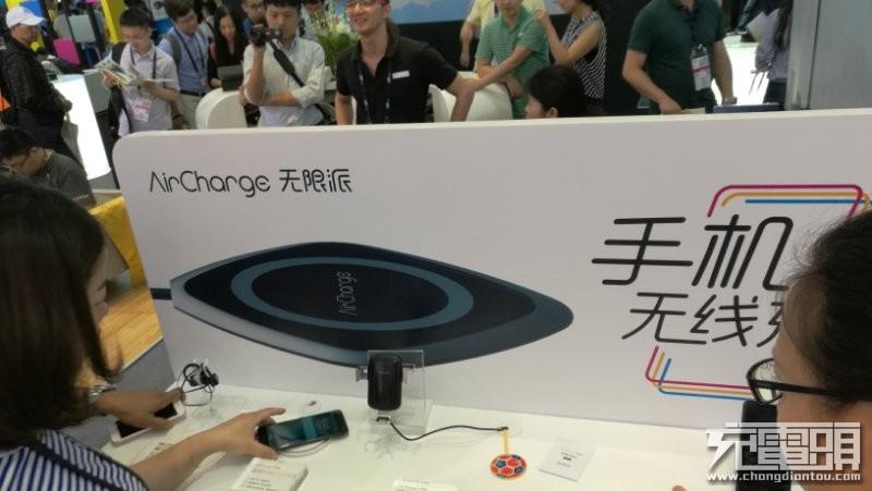 南孚新一代黑胶无线充CES惊艳首发:具备逆向导热技术,手机充电不发烫
