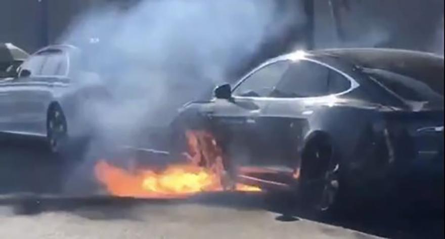 特斯拉Model S洛杉矶街头又自燃,疑似电池组起火