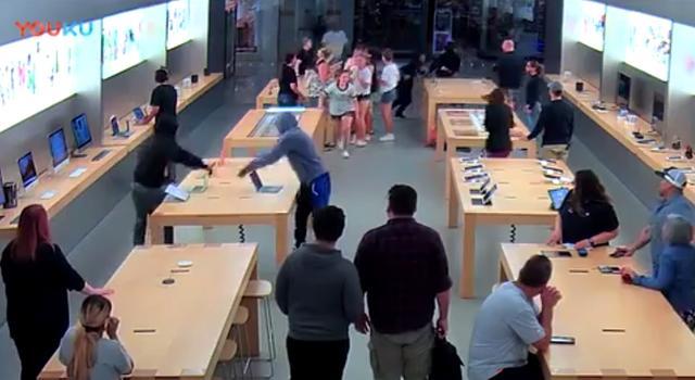 国外苹果店遭抢劫:20秒抢走18万商品,顾客都看傻了