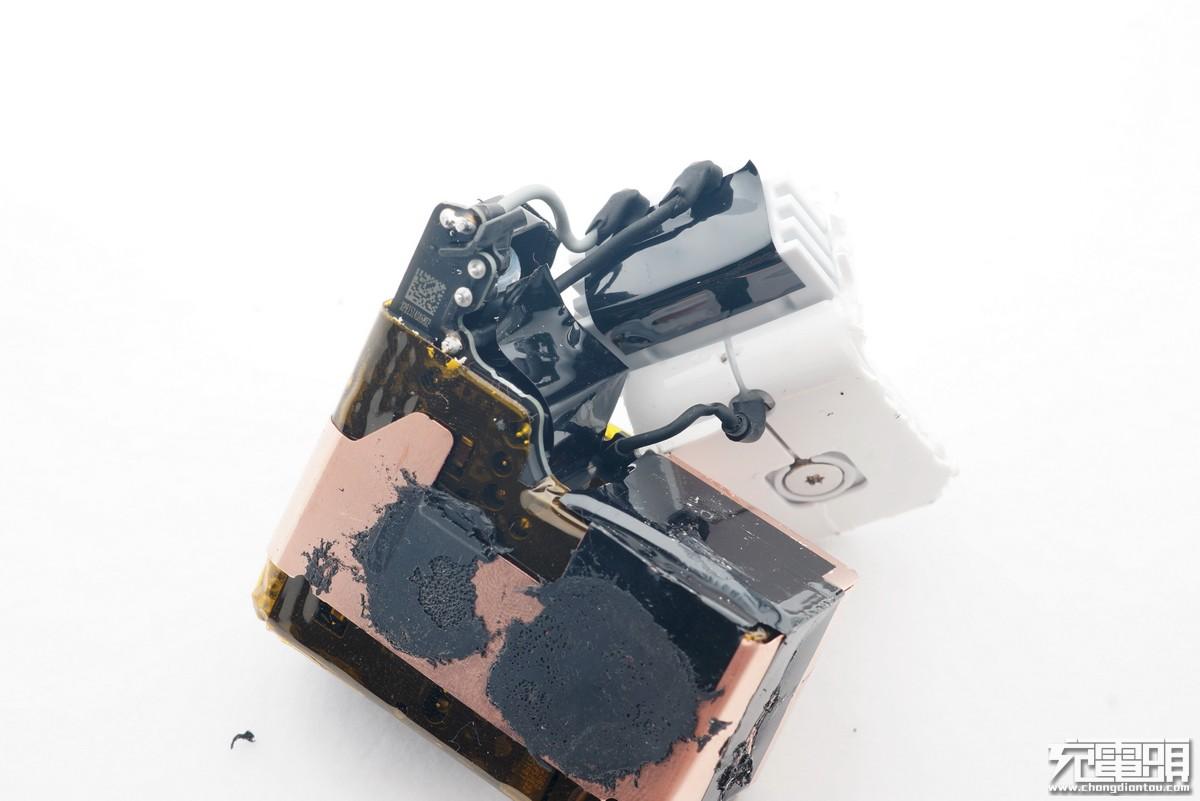 苹果30W与29W充电器拆解对比