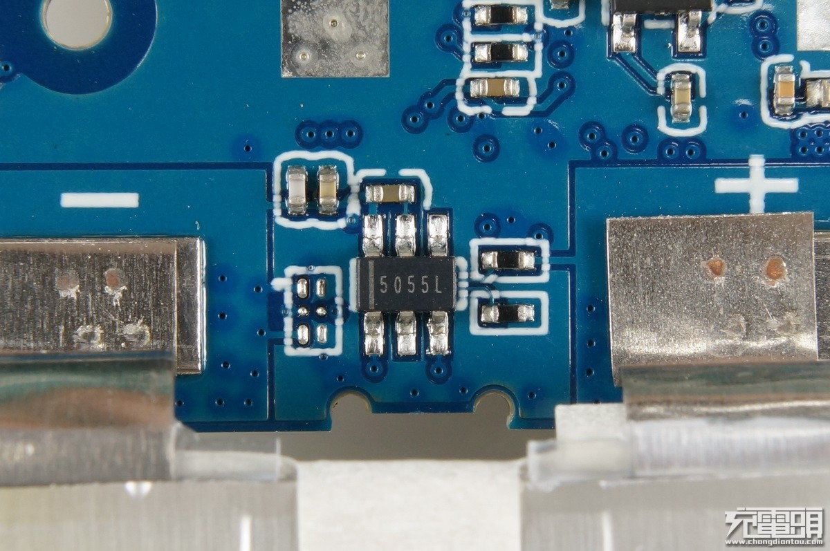 紫米ZMI Aura双向快充数显移动电源拆解评测