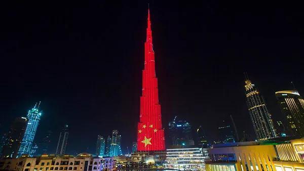 中国红照亮迪拜夜空 世界最高楼开启最炫灯光秀