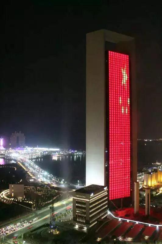 中国红照亮迪拜夜空