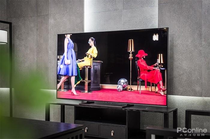 传统电视设计的宽边框,大底座,与极简主义背道而驰,而三星q9f开辟了