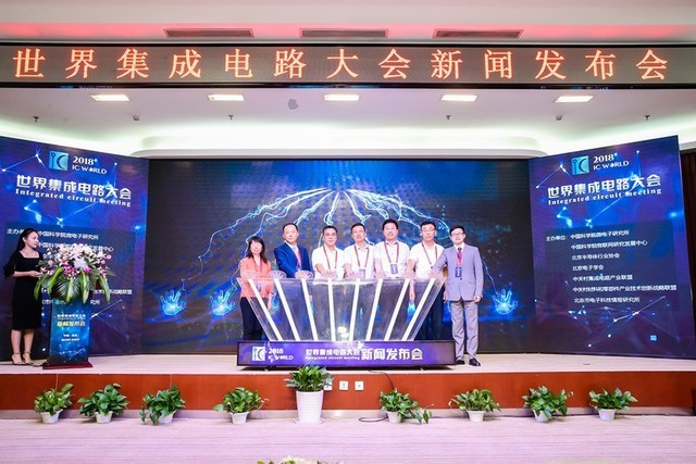 博览会为期3天,展出面积约2万平方米,将围绕创新主题开展集成电路设计、制造、装备、材料、零部件、制造系统、厂务、封测、终端、产学研、联盟等11大展区展示。 这次大会选址北京亦庄,与其国内重要的集成电路产业基地身份密切关联。目前,北京亦庄已聚集了中芯国际、中芯北方、北方华创、威讯、英飞凌、集创北方等集成电路企业,携北京市南制造北设计之长期战略布局优势,形成了包括设计、制造、装备、材料、零部件及封装测试等完备的集成电路产业链,已成为国内规模大、水平高的集成电路产业基地,产业规模占到北京的1/2、全国的1/