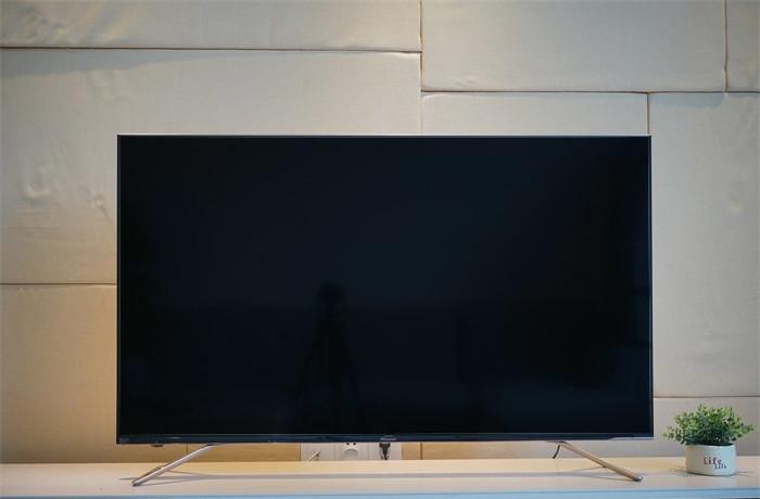 它作为一款采用全面屏设计的电视,做到上左右三面几乎无边框,最下方也