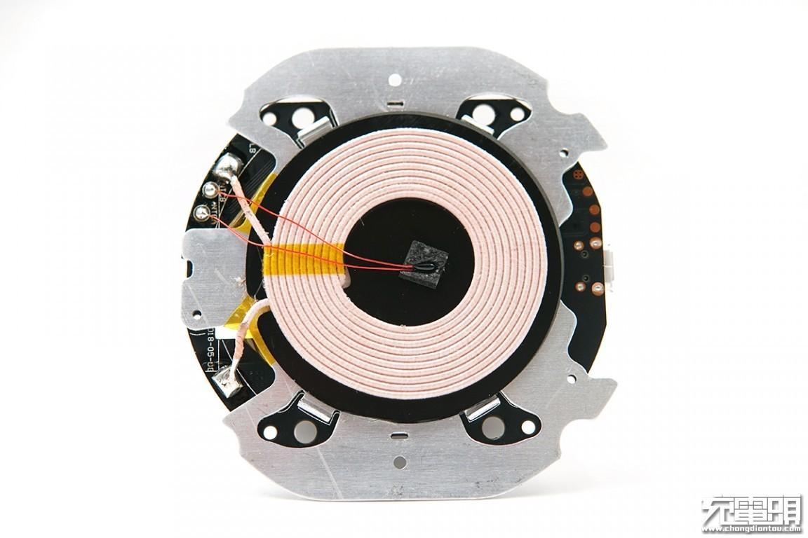 pcb电路板贴合在铝合金散热板上,这里采用的是不同于一般pcb的黑色