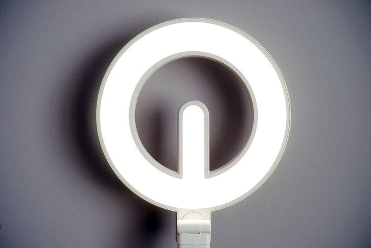 特别护眼设计:天猫精灵联合定制款美的台灯