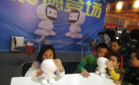 小萌教育机器人亮相展会 受神秘参观者热情追捧