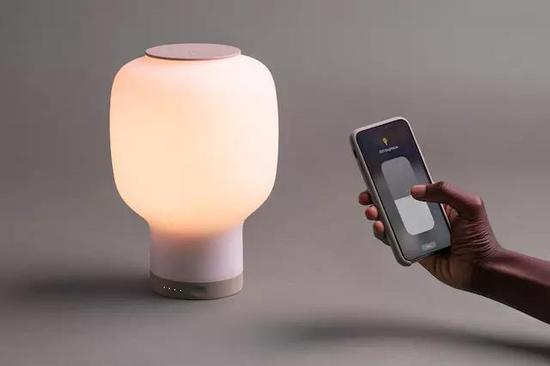 设计师研发智能台灯Rise 可实现远程控制和无线充电