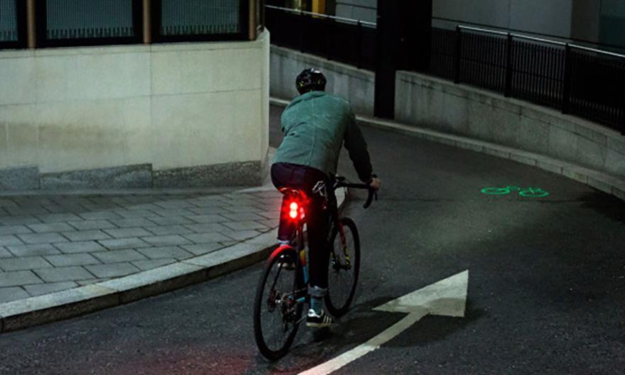 """实时""""开辟""""自行车道 这款激光投影灯为你的夜间骑行保驾护航"""