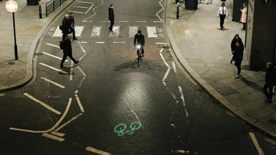 新型激光投影灯为夜间骑行保驾护航