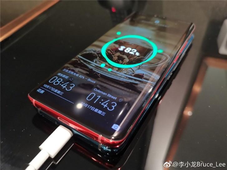 华为李小龙揭秘反向无线充电技术:一个充电器,充俩手机