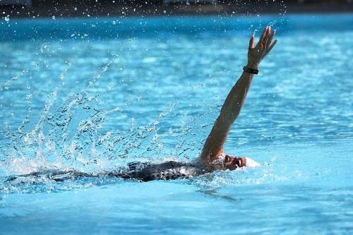 """华为手环 3 Pro:可以带下水的""""游泳教练"""""""