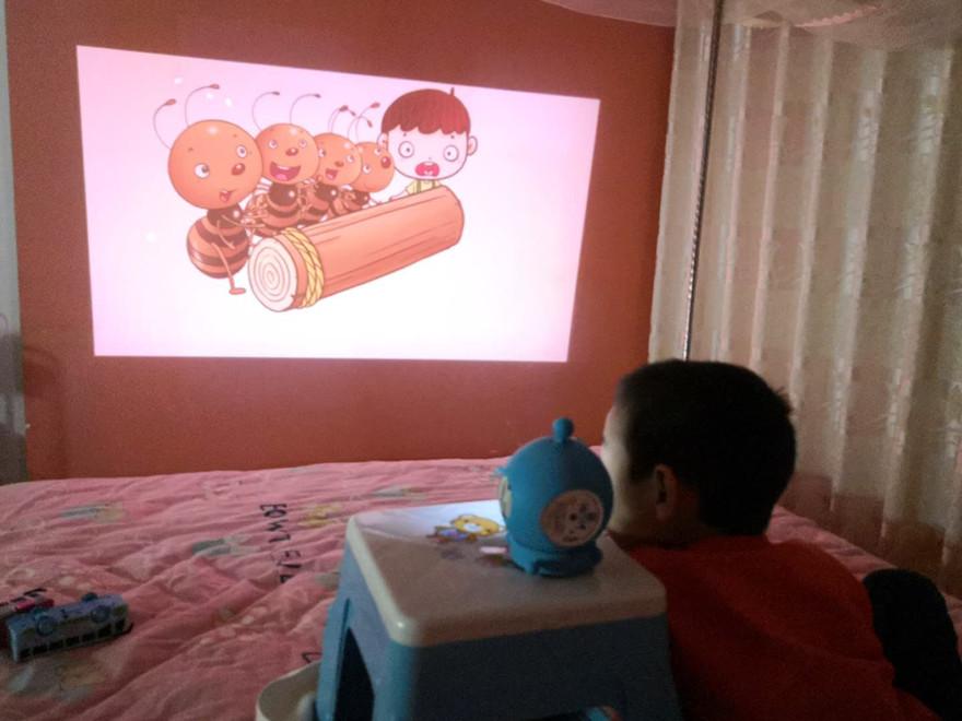 机器人老师+投影故事机+智能绘本库 小鸡嘀嘀欲成为家庭育儿的标配