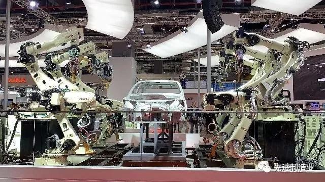 进博会上 不二越带来了全球运行速度最快的焊接机器人