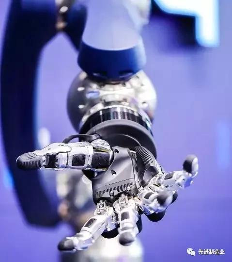这款机械手精细得能拾起针 还和默克尔握过手