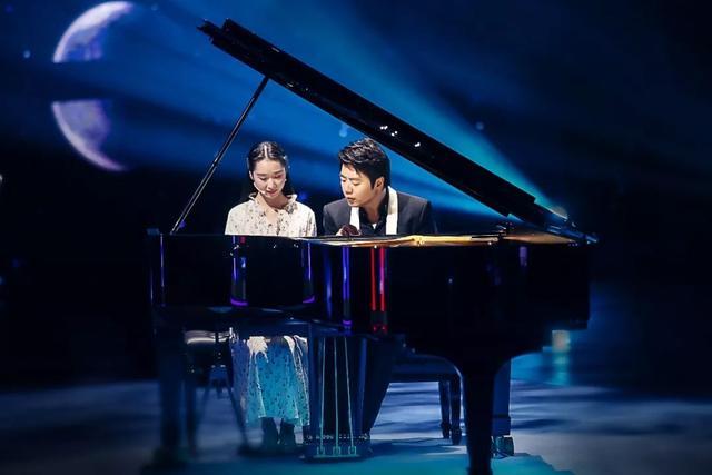 世界首次!残疾女孩借助意念控制假肢与朗朗同台完成钢琴弹奏
