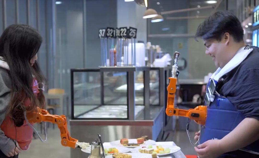 """澳洲机械臂新玩法:明明是自己的""""第三只手"""" 却要看别人脸色吃东西"""