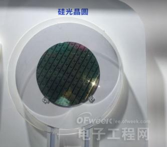 luxtera公司的技术优势在于它采用的是cmos工艺实现光子集成,这样的