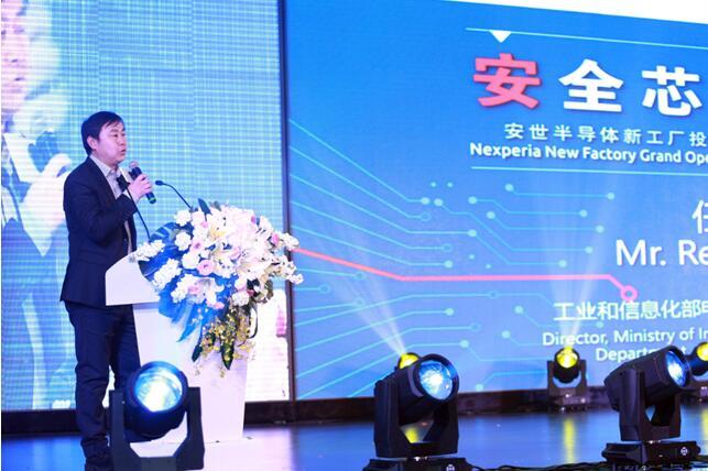 (工业和信息化部电子信息司集成电路处处长任爱光博士发言) 叶盛基秘书长指出,世界汽车工业经过100多年的发展,发生了翻天覆地的变化,对世界经济的发展的起到了巨大的推动作为。中国汽车工业作为国民经济的支柱产业,对中国经济的发展也起着重要作用。中国汽车工业经过60多年的发展,已经实现了汽车工业体系化建设,实现了汽车产业从逆向开发到正向开发,也实现了从无品牌到众多系列中国品牌的发展,取得了非凡的成就。安世半导体在汽车电子领域的发展取得了很好的成绩,这也是我国汽车强国建设的希望所在。中国汽车工业今年以来发展势头