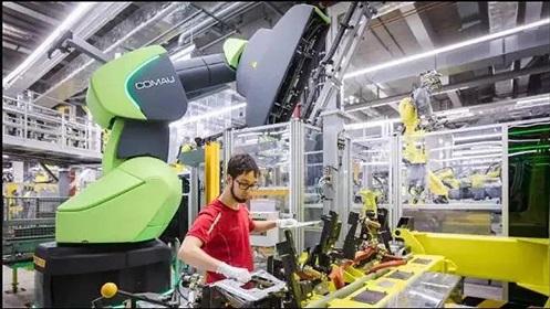 保时捷装配线上的柯马协作机器人AURA能感应人的接近