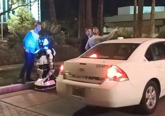 特斯拉自动驾驶模式下撞毁机器人?可能是碰瓷