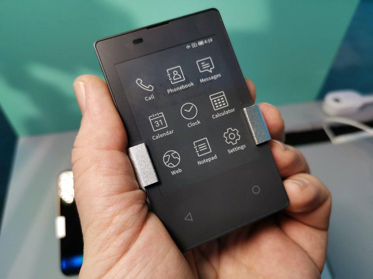 CES上出现了一款超轻薄墨水屏手机,它甚至可以塞进钱包里