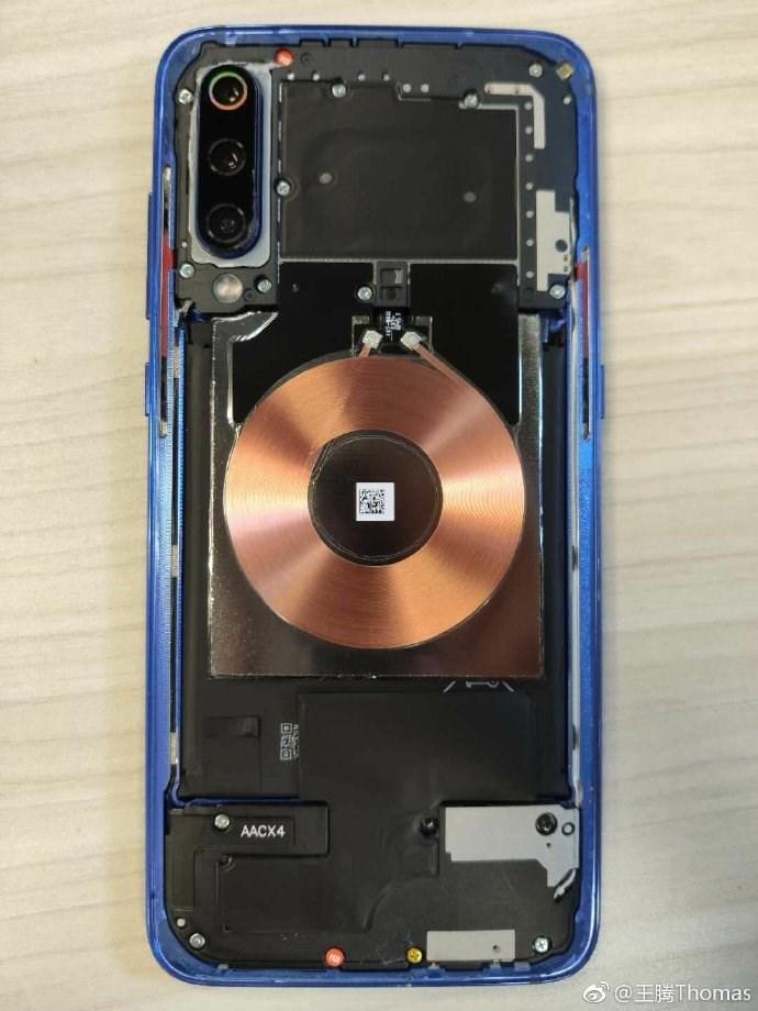 小米9拆解:20W无线充电线圈、三摄镜头瞩目