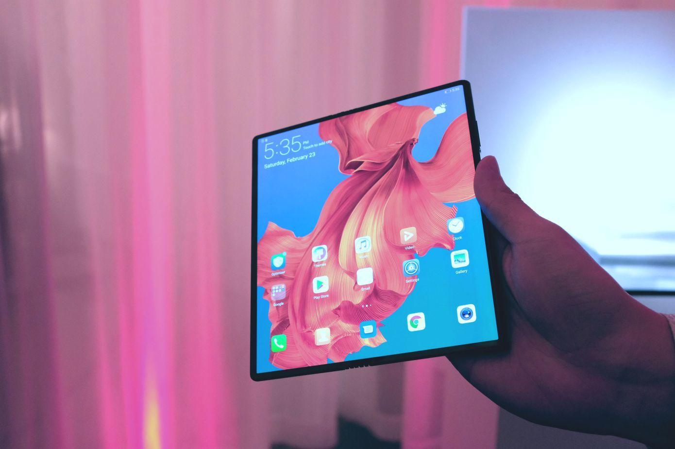 华为首款可折叠手机Mate X登场 支持5G
